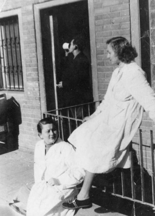 Daniela Rejnowicz siedzi na poręczy. Zdjęcie z Archiwum rodzinnego.