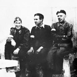 Zdjęcie z Powstania Warszawskiego, Mokotów. Sztab d-cy obwodu V Mokotów, od lewej por. Aleksander Tyszkiewicz