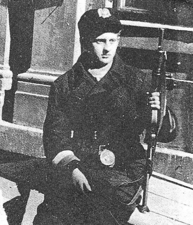 """Powstanie Warszawskie - strz. """"Roman"""" z pistoletem maszynowym Sten."""