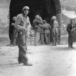 Fotografia z Powstania Warszawskiego. Żołnierze z plutonu