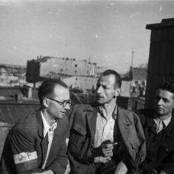 Śródmieście Południowe, sierpień - wrzesień 1944 r. Posterunek na dachu kamienicy przy ul. Marszałkowskiej 56 - oczekiwanie na zrzuty. W środku siedzi Wacław Loth