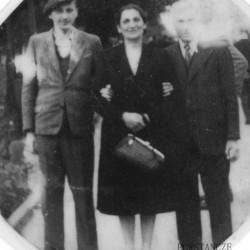Rodzina Nużaków w okresie okupacji niemieckiej. Stoją od lewej: Janusz ps.