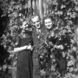Edmund Cybuliński z siostrami Łucją i Heleną,Tuchola -  lata 40-te. Fot. z archiwum rodzinnego Michała Malawskiego.