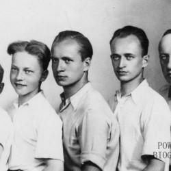Zdjęcie wykonane w dniu imienin Anny Daszewskiej - 26 lipca 1944 r. Od lewej: 12-letni Maciej, za nim brat Paweł Daszewski (rocznik 1930), Witold Daszewski ps.