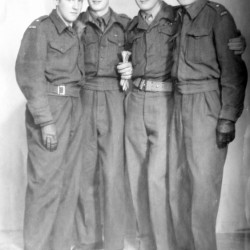 Zdjęcie wykonane po wojnie w 1945 r.  w Brukseli. Stoją od lewej: NN, Jerzy Mirowski ps.