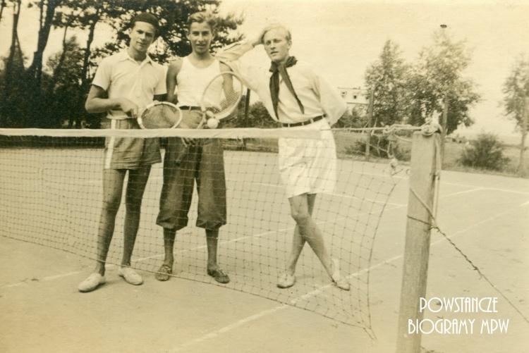 """kpr. pchor. Stanisław Gromulski """"Ruskin"""" (1924-1944), na zdjęciu w środku, podczas tenisa. Fot. ze zbiorów Zbigniewa Martyńskiego/Archiwum 2HAP """"Żbik"""""""