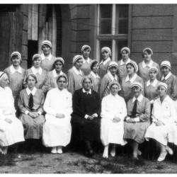 Jadwiga Kaniewska wśród absolwentek III Kursu Uniwersyteckiej Szkoły Pielęgniarek i Opiekunek Zdrowia  (1929) Fot. z archiwum WMMP <i>[wmpp.org.pl]</i>