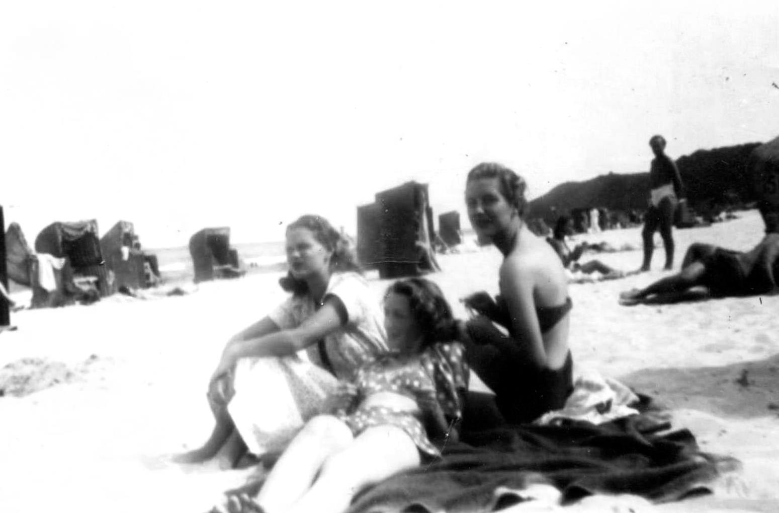 """Fotografia wykonana nad  Bałtykiem około 1946 roku.Od lewej: Alicja i  Jolanta Arens, obok Anna Izabella Arens """"Jadwiga"""". Fot. udostępnił Jan Wawszczyk, źródło pochodzenia nieznane"""