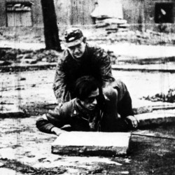 27 września 1944 r. Fotografia filmowa z Powstania Warszawskiego.  Śródmieście Południowe. Żołnierze AK z oddziału