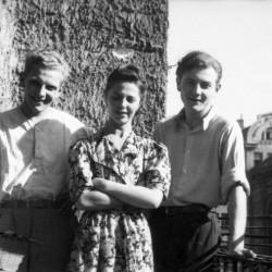 Fotografia z Powstania Warszawskiego, koniec sierpnia 1944 r. Śródmieście Południowe. Na balkonie kwatery przy ul. Lwowskiej 15 lub 17, IV piętro stoją od lewej kpr. pchor. Andrzej Bargiełowski