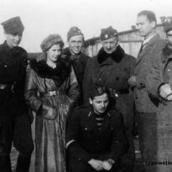 Fotografia wykonana po Powstaniu w szpitalnym obozie jenieckim w Zeithain w Niemczech. Na zdjęciu Powstańcy z Batalionu AK