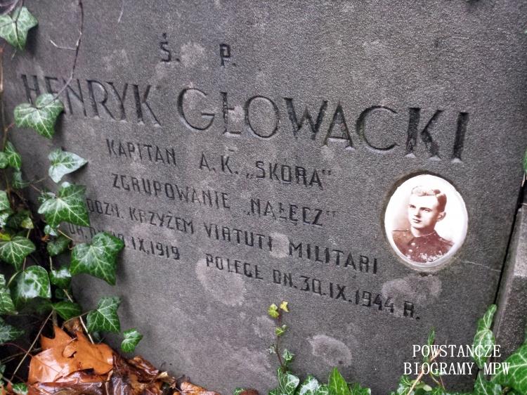 """Płyta nagrobna kpt. Henryka Głowackiego ps. """"Skóra"""" (1919-1944) Cmentarz Powązki Wojskowe. Fot. Jacek Sztejerwald."""