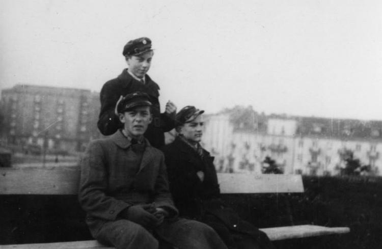Listopad 1939. Olgierd Budrewicz (siedzi pierwszy od lewej) z kolegami na ławce w Parku im. Stefana Żeromskiego na Żoliborzu. Fot. NN / MPW