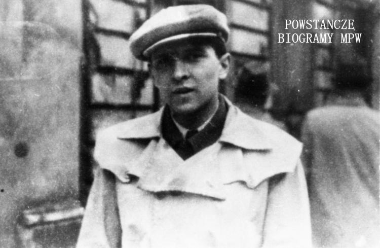 """Plut.pchor. Kazimierz Dziubałtowski, komendant"""" Żbika"""". W Powstaniu walczył w pułku """"Baszta"""" na Mokotowie, poległ 25. 09. 1944 r. Fot. ze zbiorów Muzeum Powstania Warszawskiego, sygn. MPW-IH/2479"""