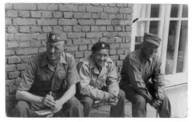 Władysław Duszyński (siedzi  w środku ) w towarzystwie swego dowódcy,  bliższych danych.  Fotografia z archiwum rodzinnego Leszka Wronki.