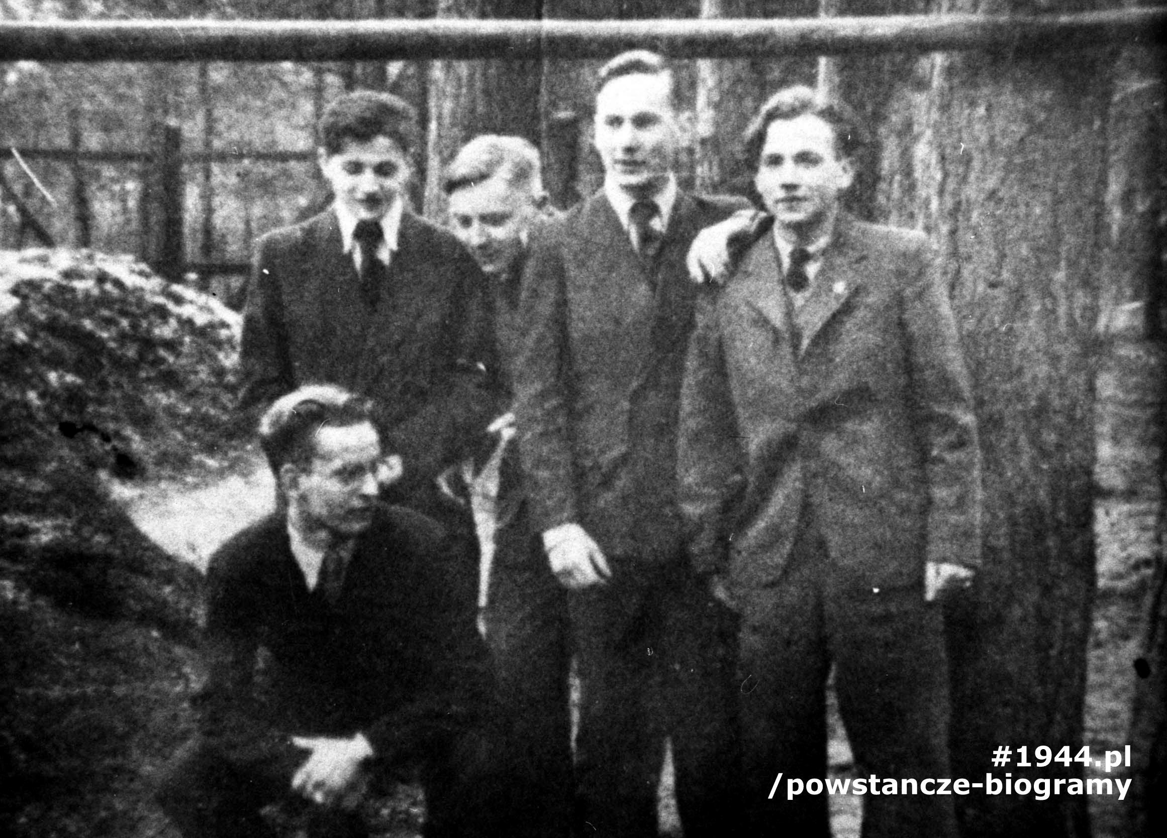 """Żołnierze II plutonu, kompanii B-3,  batalionu """"Bałtyk"""":  strz. Włodzimierz  Dyczak """"Bart""""(poległ 1 sierpnia 1944 na ul. Kazimierzowskiej), strz. Andrzej Słonimski ps. """"Piotr"""", strz. Marek Michalski """"Mar"""", strz. Jerzy Wojciechowski ps. """"Emil"""" (poległ 1 sierpnia 1944),  NN. Fot. ze zbiorów Muzeum Powstania Warszawskiego, sygn. MPW-IH/1048"""
