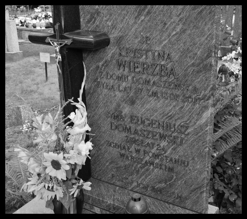 Mogiła symboliczna kpr. Eugeniusza Domaszewskiego ps. Czarny  na Cmentarzu Parafialnym w Augustowie. Fot. domena publiczna.