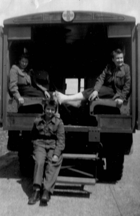 """Maria (""""Ewa"""") Czaderska, Ewa Bartel (w środku) oraz Janina Lamers przed wyjazdem do kanadyjskiego szpitala z obozu w Oberlangen, po jego wyzwoleniu przez 1. Dywizję Pancerną gen. Maczka"""