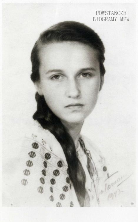 """Teresa Mickiewicz, po mężu Kozakiewicz ps. """"Tetka"""" - fotografia z lipca 1943 r. Z archiwum Teresy Mickiewicz - Kozakiewicz"""