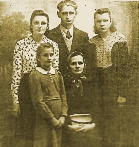 Franciszek Rejowski - na zdjęciu po środku, stojący. Fotografia  ze zbiorów Marty Żaczek