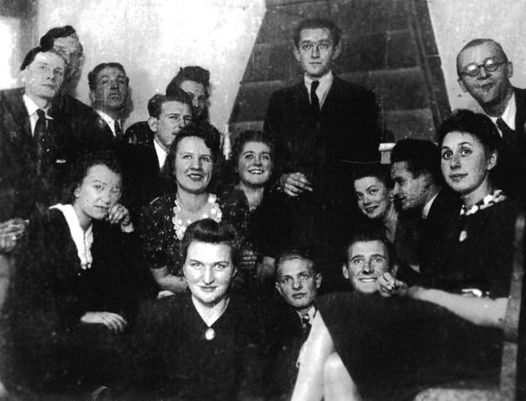 Zdjęcie wykonane pomiędzy wrześniem 1943 r. a lipcem 1944 r. na tajnych kompletach Wydziału Chemii UW. Rajmund siedzi trzeci z prawej (profilem). Pierwsza z lewej siedzi Alina Surmacka (Szcześniak),  córka płk. Władysława Surmackiego, współzałożyciela Związku Organizacji Wojskowej w KL Auschwitz, pierwszego jej komendanta i wykonawcy tajnych map obozu, rozstrzelanego w 1942 r. w Magdalence.
