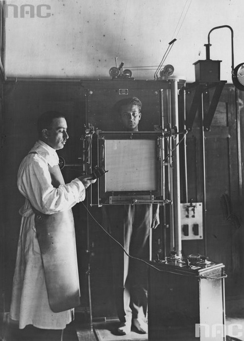 Centrum Badań Lotniczo-Lekarskich, 1929 rok. Mjr dr Władysław Sawicz (z lewej) podczas wykonywania badania aparatem Rentgena. Fot. ze zbiorów Narodowego Archiwum Cyfrowego <i>www.audiovis.nac.gov.pl</i>