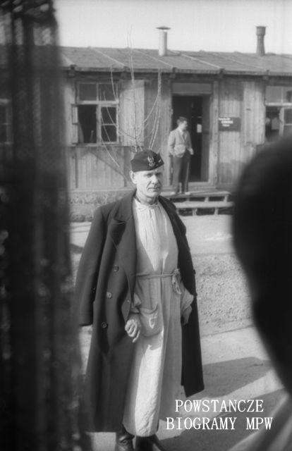 """Kpt. dr Tadeusz Gerwel """"Orda"""". Fotografia z Polskiego Szpitala Wojskowego w saksońskim Zeithain, ujęcie przez okno, z wnętrza baraku. Wiosna 1945. Fot. ze zbiorów Muzeum Powstania Warszawskiego, sygn. MPW-IN/3843"""