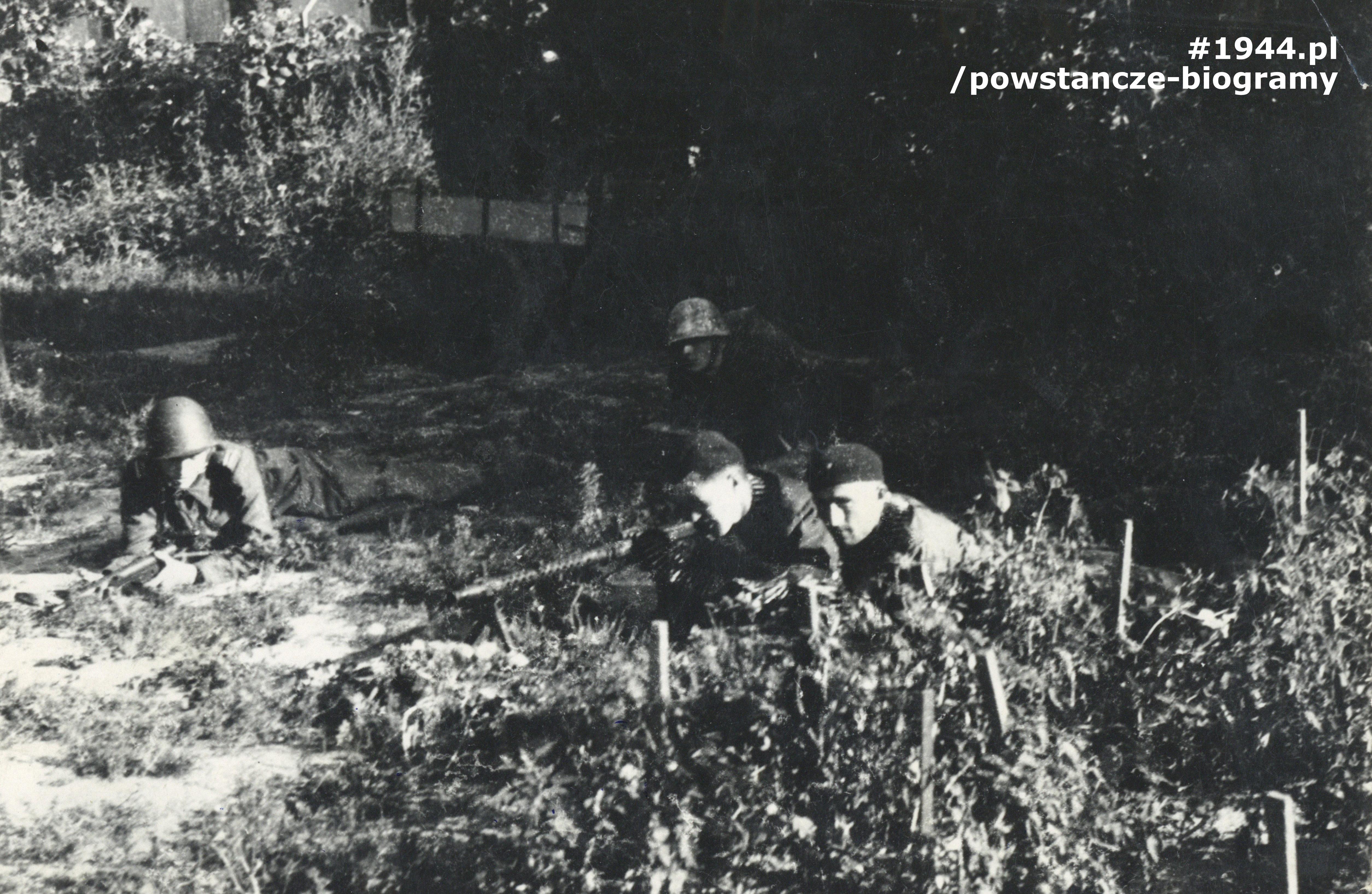 """Fotografia z Powstania Warszawskiego. Żoliborz,  żołnierze plutonu 229 - od lewej: ppor. Witold Lisowski """"Zarewicz"""",  kpr. Stefan Kowalczyk """"Jeleń"""", strz. Mieczysław Ignaczak """"Tur"""". Fot. ze zbiorów Muzeum Powstania Warszawskiego - materiały Jana Rockiego, ujęcie tożsame - MPW-IH/5391"""