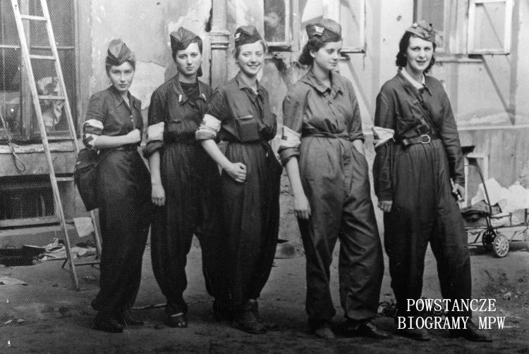 """Sanitariuszki 3. kompanii batalionu """"Bełt"""".  Stoją od lewej: Barbara Przygodzka """"Żabka"""", Alina Kłopotowska """" Pantera"""", Izabela Sztos- Zachwatowicz """" Ryś"""", Halina Przybylska """" Misia"""" i Wiera Dudzińska """" Angora"""". Fot. ze zbiorów Muzeum Powstania Warszawskiego, sygn. MPW-IP/5773"""