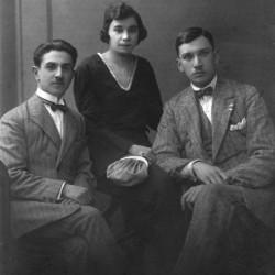 Od prawej siedzą: Edmund Rzewuski i jego siostra Aleksandra z mężem Antonim Gilewskim, zdjęcie wykonano ok. 1930 r.