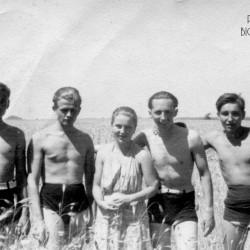 Stoją od lewej: Andrzej Przedpełski, Witold Henneberg, Maria Krzemieniewska Porwit,  Eugeniusz Krzemieniewski i Jerzy Wojciechowski ps.