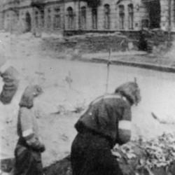 Fotografia z Powstania Warszawskiego. Pogrzeb Marii Tyszyńskiej