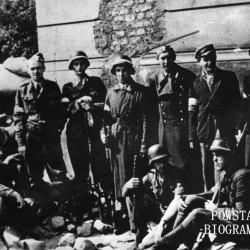 Fotografia z Powstania Warszawskiego, Powiśle, pierwsza dekada sierpnia. Grupa powstańców ze 108. plutonu 2. Kompanii zgrupowania