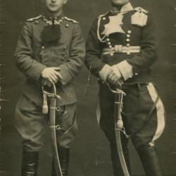 Zdjęcie wykonane około 1920 roku - pierwszy z prawej stoi Ryszard Szczepański, obok Walery Szczepański. Fot. z archiwum rodzinnego.