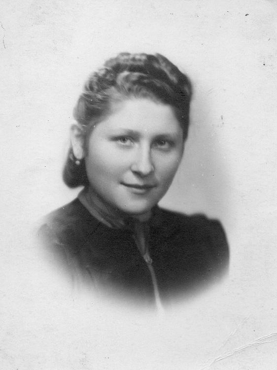 """Halina Loga w roku 1942. Zbiory Archiwum 2. Harcerskiej  Baterii Artylerii Przeciwlotniczej """"Żbik"""""""