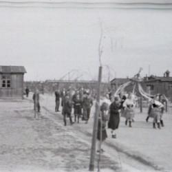 Fotografia ze Stalagu IV B/H Zeithain (obóz szpitalny - oddział Stalagu IV-B Mühlberg). Droga wewnętrzna zwana przez jeńców aleją Generała Sikorskiego. Ceremonia obnoszenia wielkanocnego gaika, zorganizowana przez polskie dziewczęta.   Autorem zdjęcia jest Czesław Gerwel