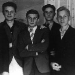 Od lewej stoją: NN, Jerzy Kłoczowski (