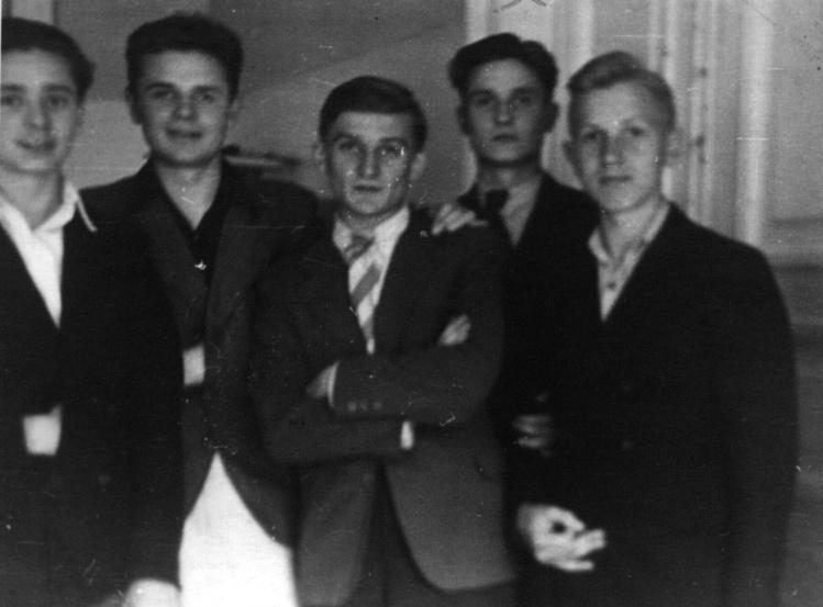 """Od lewej stoją: NN, Jerzy Kłoczowski (""""Piotruś""""), NN, Tadeusz Sęgajło (poległ w 1944 r. w walkach 27 Wołyńskiej Dywizji Piechoty), Stefan Tamowicz"""