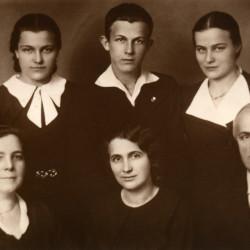 Rok 1935. W pierwszym rzędzie od lewej: Zofia Wiaczkis z Zatorskich, Halina Wiaczkis (najstarsza córka) i Józef Wiaczkis. W drugim rzędzie od lewej: Zofia Antonina Wiaczkis (najmłodsza córka), Tadeusz Wiaczkis (najmłodsze dziecko) i Otolia Wiaczkis.