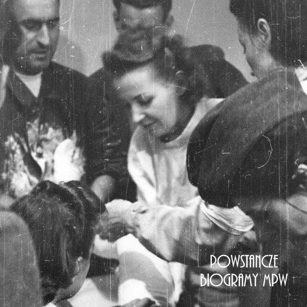 """Dr Maria Vitali """"Rysia"""" opatruje rannego w szpitalu polowym przy ul. Moniuszki 11. Fot. autorstwa Eugeniusza Lokajskiego, ze zbiorów Muzeum Powstania Warszawskiego"""