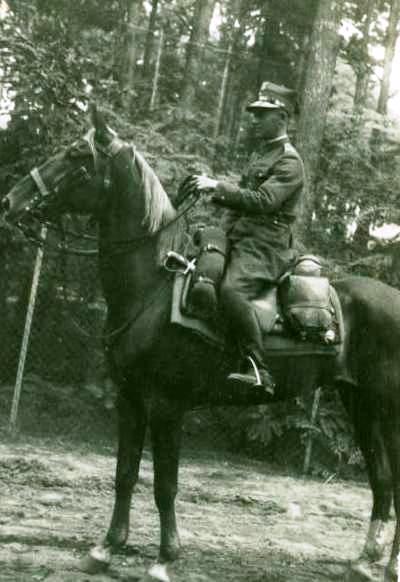 Ułan Władysław Zienkowicz ze 110 Pułku Ułanów Kawalerii z brygady Ludwika Kmicic-Skrzyńskiego, zdjęcie przedwojenne. Zbiory MPW