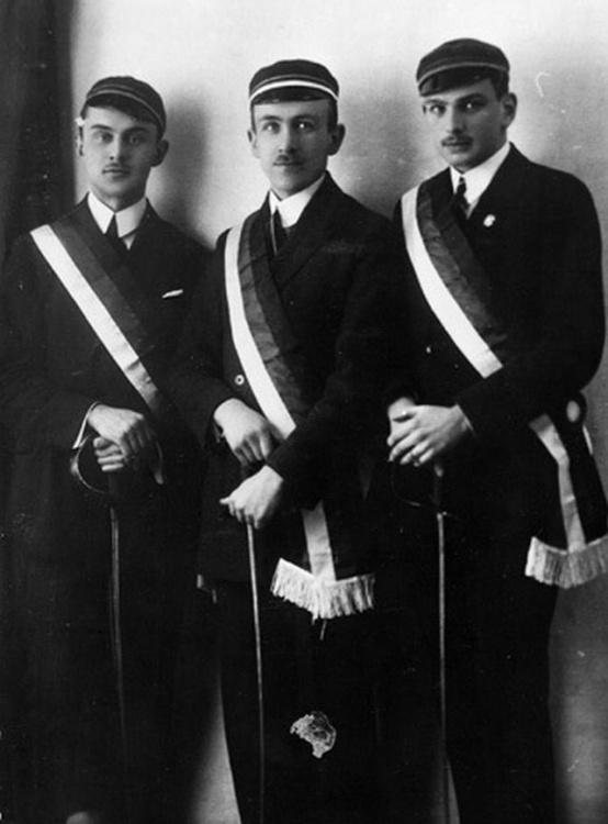 """Warszawa 1924 r., stoją od lewej: Jerzy Chorzewski """"Prymus"""", Zygmunt Byczyński """"Barski"""", Adam Steinborn """"Odrowąż"""". Fot AR MPW"""