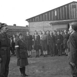 Obóz w Oberlangen - zbiórka po wyzwoleniu przez oddział 2. pułku pancernego 1. Dywizji Pancernej gen. Maczka. Pierwsza z lewej (w okularach) Janina Płoska -