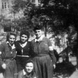 Fotografia z Powstania Warszawskiego. Śródmieście Południowe. Grupa łączniczek i sanitariuszek z 3. Batalionu Pancernego