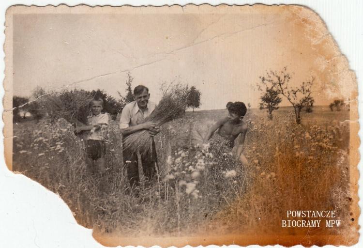 Rok 1941 lub 1943 - bracia Jan i Andrzej z ojcem Władysławem. Fot. z archiwum rodzinnego Marianny Zadrożnej.