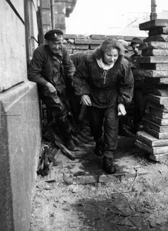 Powstanie Warszawskie - ulica Warecka u wylotu na Nowy Świat. Z włazu kanałowego wychodzą  obrońcy Starego Miasta, którzy przeszli do Śródmieścia