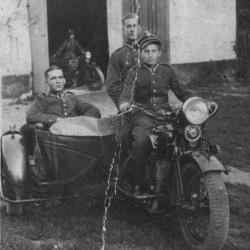 Stanisław Wrzesiński w mundurze siedzący w koszyku motocyklowym. Fot. z archiwum rodzinnego Moniki Dinning