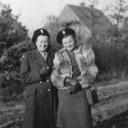 Niemcy, 1946 r. - od lewej Halina Żmijewska i Izabella Wiśniewska