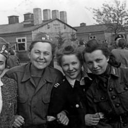 Fotografia z wyzwolenia obozu w Oberlagen. 12.04.1945, uwolnienie przez Polską Dywizję Pancerną gen. Stanisława Maczka. Łączniczki: od lewej Krystyna Lachowicka, Wanda Lachowicka,