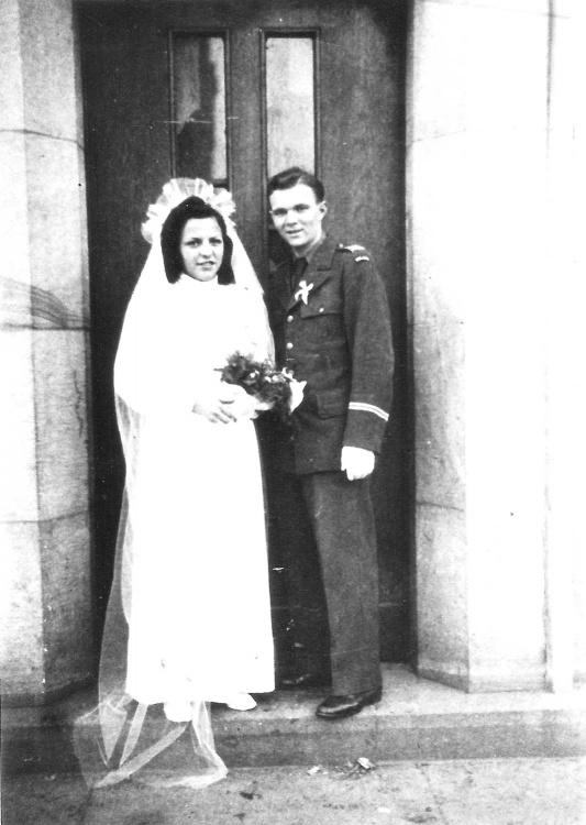 Ślub Janusza Kucia z Leokadią Streker zawarty w kaplicy obozowej Ośrodka Polskiego Okręgu Wojskowego w Hameln 26 grudnia 1945 r.